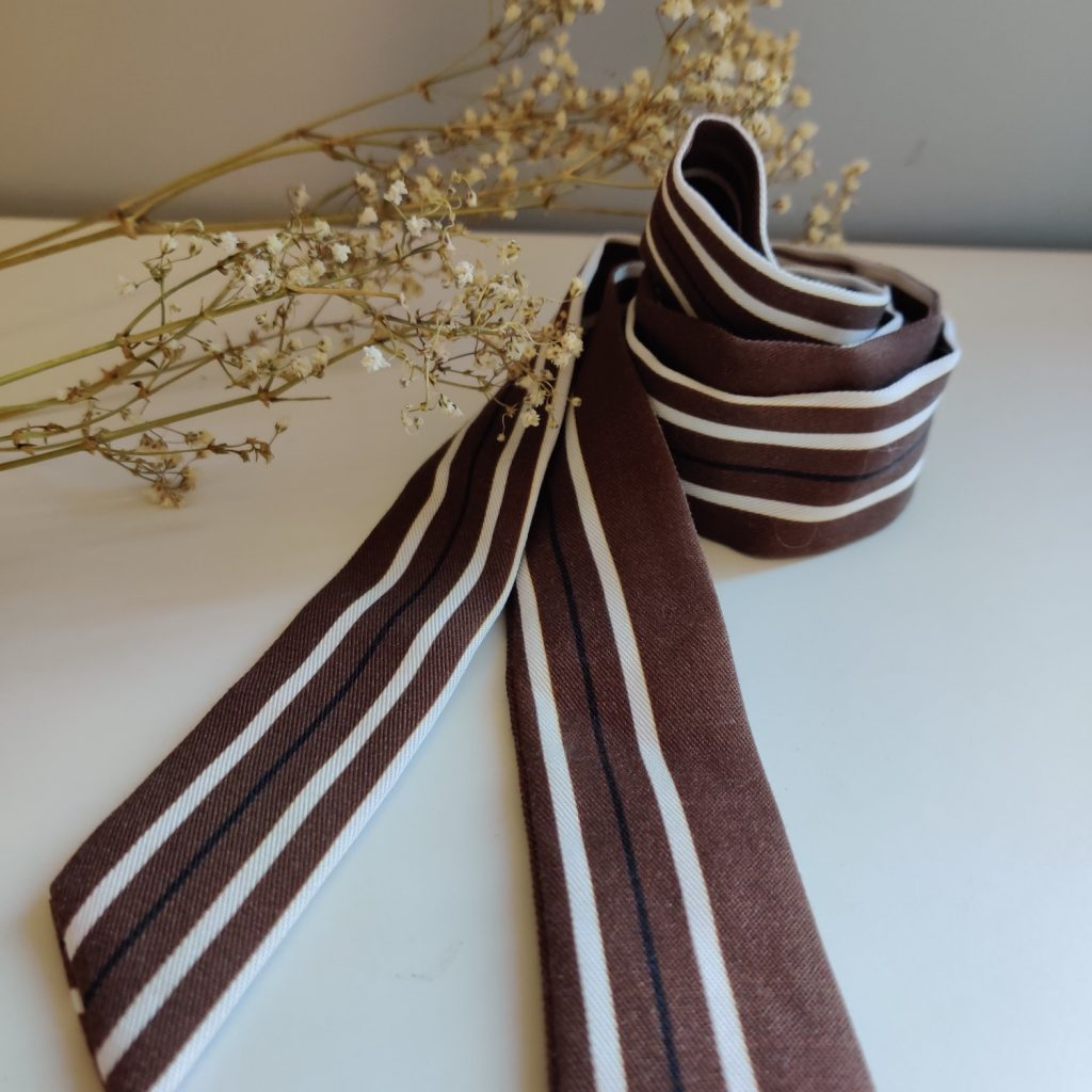 Ruban long Amande C coloris marron rayé 100% tencel