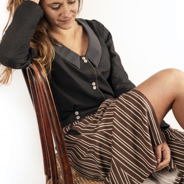 chemise-seduisante-jupe-flaneuse-assise-pensive