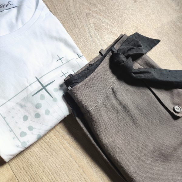 ensemble-plie-tee-shirt-lumineuse-pantalon-curieuse-ruban-romantique