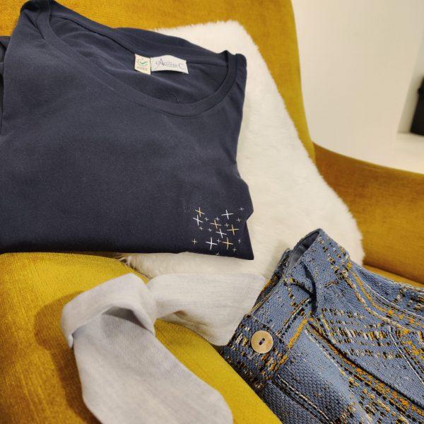 ensemble-plie-tee-shirt-reveuse-pantalon-iconique-ruban-romantique-tons-jaune-safran