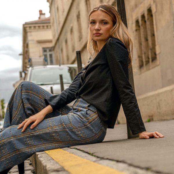 look-chemise-seduisante-pantalon-iconique-assise-dans-rue-de-lyon