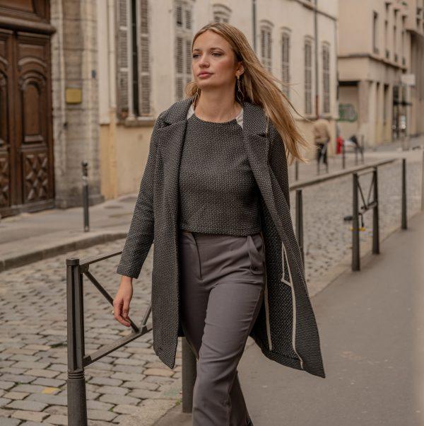 look-manteau-independante-croptop-sophistiquee-pantalon-curieuse-marche-dans-la-rue-lyon