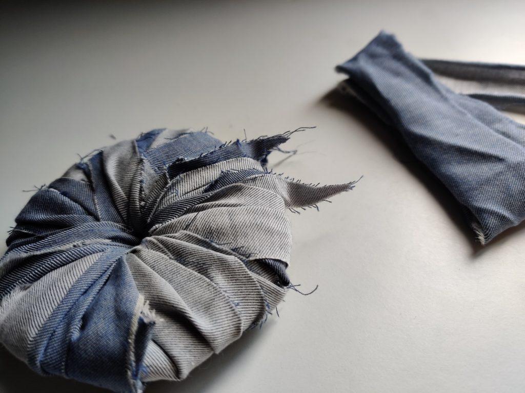 DIY pompon par Amande C - bandes de tissus enroulées autour de l'anneau