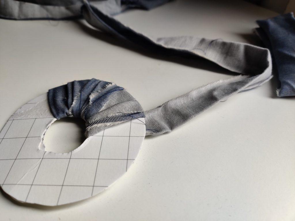 DIY pompon par Amande C - enroulement des bandes de tissu autour de l'anneau