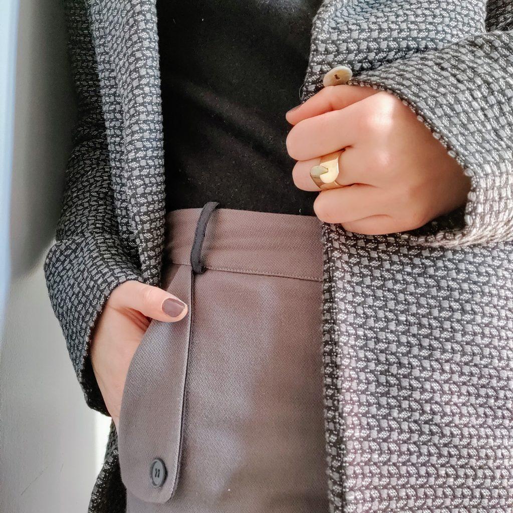 détail ensemble manteau long et pantalon gris