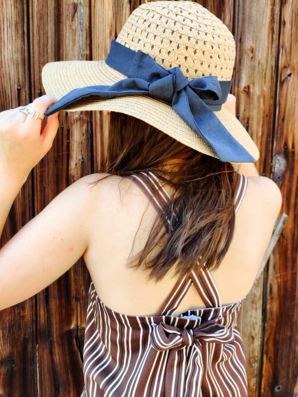 top reverso rayé/glacier - rayé porté avec un chapeau