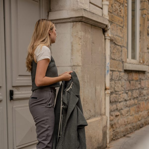 look-manteau-independante-croptop-sophistiquee-pantalon-curieuse-rue-de-lyon