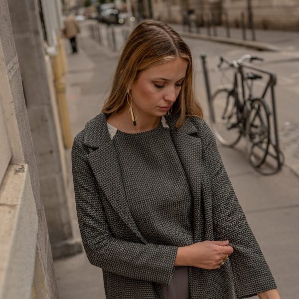 look-manteau-independante-croptop-sophistiquee-rue-de-lyon
