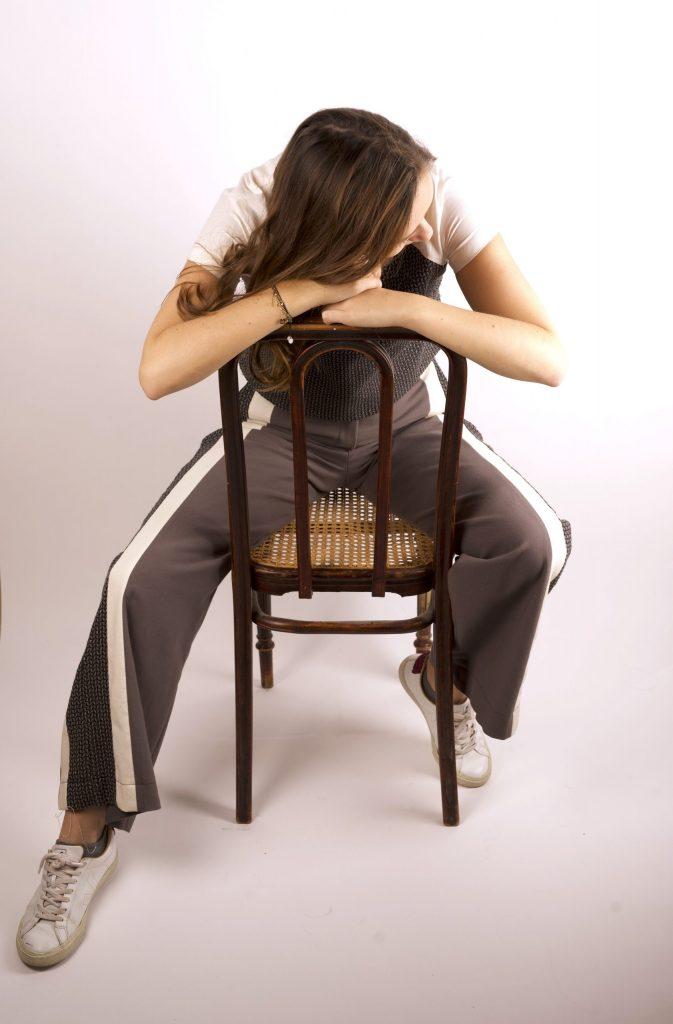 croptop-sophistiquee-pantalon-fascinante-assise-pensive-sur-une-chaise