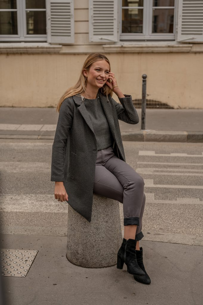 lookbook-amandec-pause-dans-la -rue-lyon-manteau-indeendante-croptop-sophistiquee-pantalon-curieuse