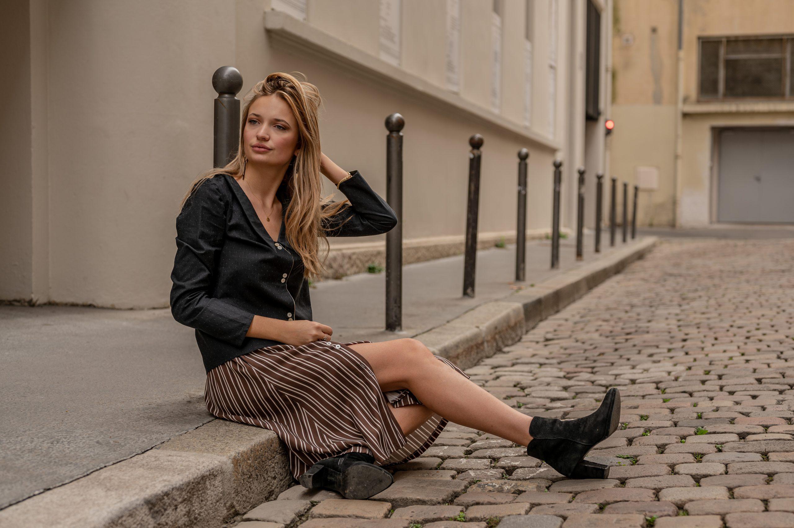 lookbook-assise-dans-la rue-lyon-chemise-seduisante-jupe-flaneuse